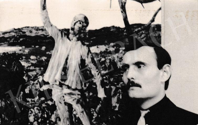 Korga György saját kiállításán 1964. február 29-én, háttérben az
