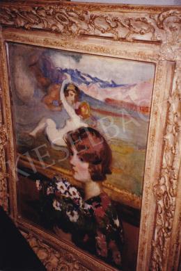Thorma János - Hölgy virágcsokorral (Műteremben), olaj,vászon, 76x61 cm, Jelezve balra lent: Thorma; Fotó: Kieselbach Tamás
