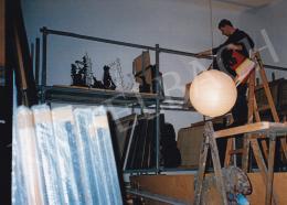 Molnár Sándor - Molnár Sándor festményei műtermében. Fotó: Kieselbach Tamás