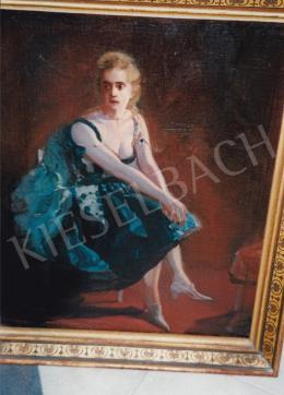 Burghardt Rezső - Elegáns ruhás lány; olaj, vászon; Jelezve balra lent: Burghardt R.; Fotó: Kieselbach Tamás