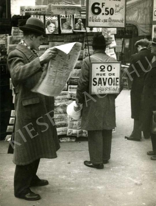 Kertész, André - Újságárusnál, Párizs, 1934   Fotóaukció 2007 aukció / 35 tétel