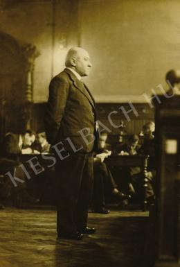 Ismeretlen fotós - Rákosi Mátyás, volt népbiztos a Kúria előtt, 1925