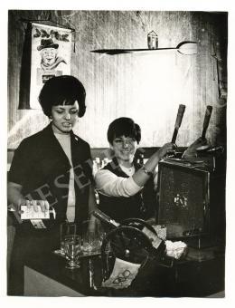 Kotnyek Antal - Kávéfőzőnők (Eszpresszóban), 1967