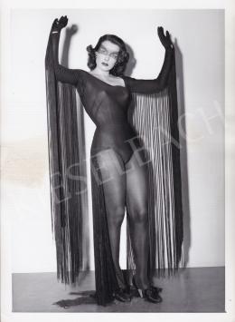Ismeretlen fotós - Lány fekete jelmezben, 1950 körül