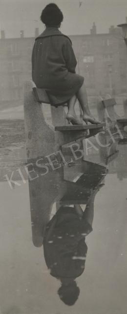 Ismeretlen fotós - Tükörkép (Nő a padon) 1960. k.