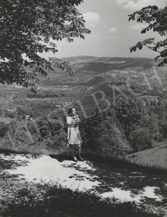 Eladó Ismeretlen fotós - Lány a tájban, 1953 festménye