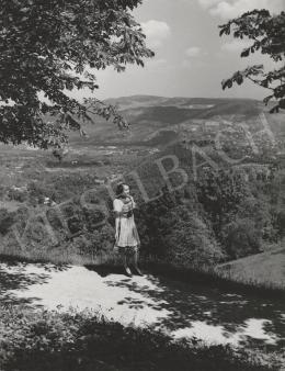 Ismeretlen fotós - Lány a tájban, 1953 (1953)