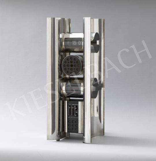 Lugossy Mária - 15:07-Modern idők, térplasztika. Asztali óra beépített rádióval, 1970-es évek vége festménye